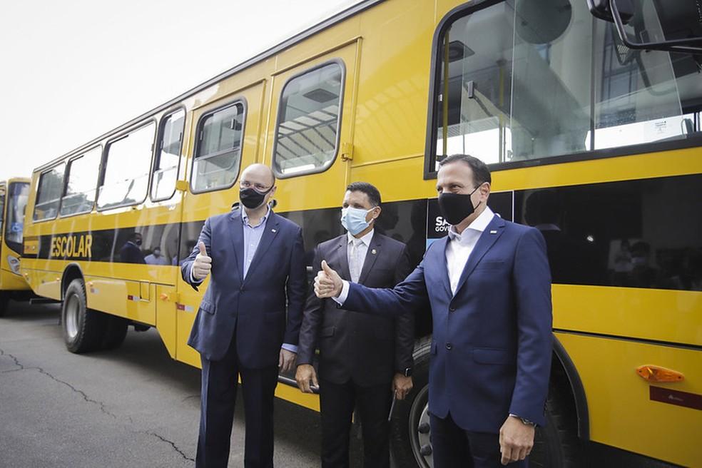 """""""Estavam em um pátio em São Bernardo do Campo. Tinham 98 ônibus para serem entregues para vários municípios. Todos eles estavam dessa forma, plotado de preto na traseira e a lateral. Eu não sei te explicar [o motivo dos veículos estarem com os adesivos], porque eu só fui retirar o ônibus. Foi doado aqui para o município de Matão, eu fui retirar o ônibus e estava plotado dessa forma."""""""